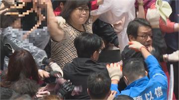國民黨潑灑豬內臟!王美惠阻擋還擊 空手接大腸並丟回 被誇女戰神