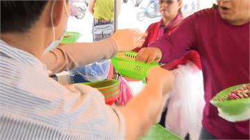 魚市叫賣保持社交距離!攤商收現金用籃子遞送