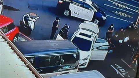 白色轎車衝撞一旁車輛 警方見狀上前追捕!