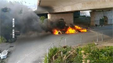 街友升火取暖釀禍?兩車燒到剩骨架