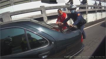 轎車拋錨卡地下道大回堵 警人力推車排除事故