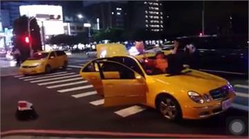 街頭藝人開計程車違停 馬路雜耍打賞