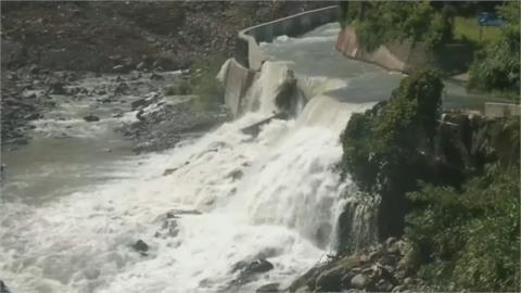 尖石竹60線坍方全線中斷 白石溪成「堰塞湖」開挖引流