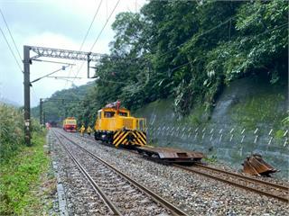 快新聞/連續豪雨台鐵電車線電桿傾斜 瑞芳=猴硐採單線雙向時速60公里行駛