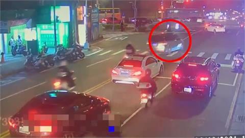 偷母車掛註銷牌 不孝子拒檢撞警搜出毒品