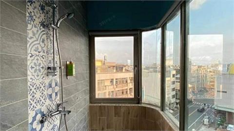 奇葩裝潢「陽台變浴室」!落地窗美景網看呆:這間我可以