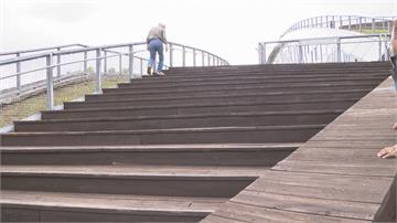 「步步驚心」天空步道10樓高 木棧板年久失修 一不小心就滾落