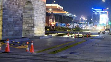 汽車暗夜駛入北門廣場 已三度遭闖壓壞地磚