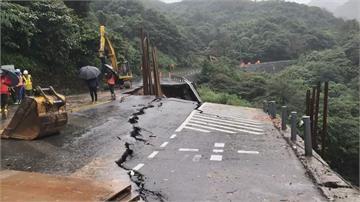 陽金公路台2甲線道路坍塌 封閉搶修中!下方有水管 金山區減壓供水