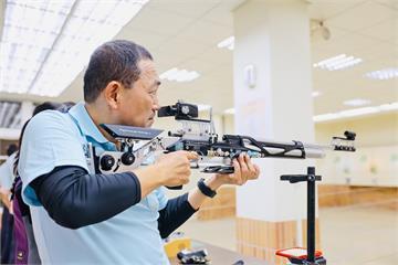 快新聞/侯友宜化身「特等射手」 前進林口高中挑戰全中運射擊金牌選手