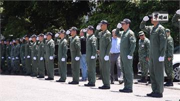 肅穆軍禮送同袍 殉職飛官移靈至804總醫院