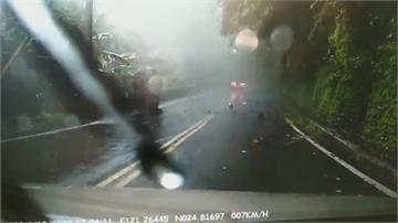 桃園大溪山壁落石 轎車遭砸1人頭部撕裂傷