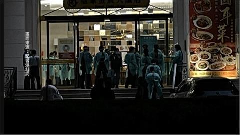 數十名穿隔離衣人員聚集 飯店旁停滿警車民眾驚