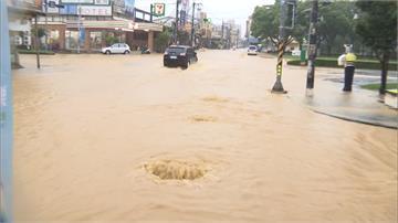 大雨狂炸!屏東風強雨驟如颱風 中林路水淹膝蓋