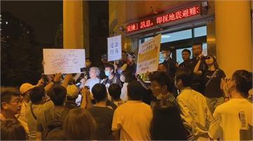 法稅改革聯盟舉白布條抗議曝個資又轉移陣地赴派出所嗆聲