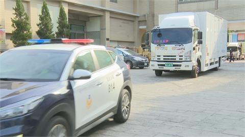 罷免案週六對決!選票運送 員警持槍、警車全程戒護