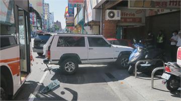 公車追撞吉普車 再波及路邊7汽機車