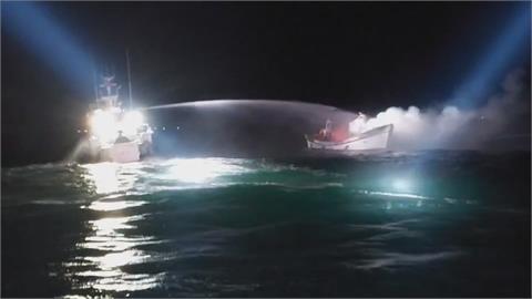 漁船主機起火燃燒 海巡雙艇協助撲滅火勢