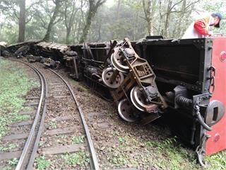 快新聞/阿里山林鐵工程車出軌!四節車廂翻覆 司機與列車長輕傷「神木線停駛」