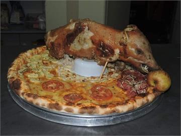 香菜豬血糕披薩輸了!巴西披薩超狂放上「蛋糕、瓦斯桶」全網看呆