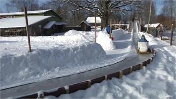 雪車疾馳!拉脫維亞最強老爸 巧手將庭院變遊樂場