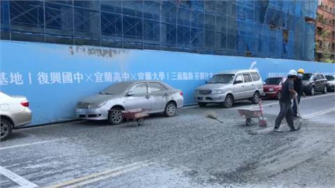 快新聞/宜蘭工地意外! 混凝土從天而降波及騎士及路旁3輛車