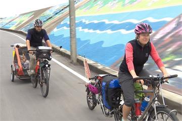 帶著孩子單車環球!瑞士夫妻來台體驗過年圍爐