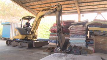 解決堆積如山床墊 怪手變身床墊拆除器一日可拆80床 效率增5倍!