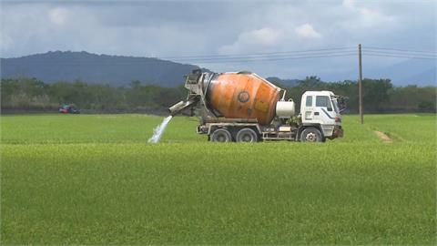 為池上鄉萬安村稻田解渴 農水署雇預拌混凝土車灌水