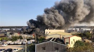 快新聞/桃園蘆竹工廠黑煙狂竄 氫氟酸殘餘桶燃燒「濃煙進逼國道」