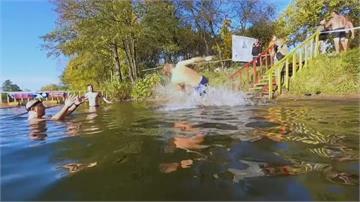 俄羅斯冬泳季展開攝氏10度水中開趴
