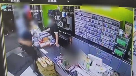 超商裡脫口罩喝飲料遭勸阻囂張!男子與店員爆扭打
