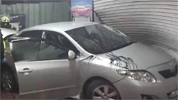 拒盤查撞警用機車逃逸 轎車失控撞進機車行