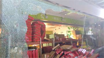 賠大了!婦人駕車撞進餅店上百盒月餅報銷 粗估損失20萬