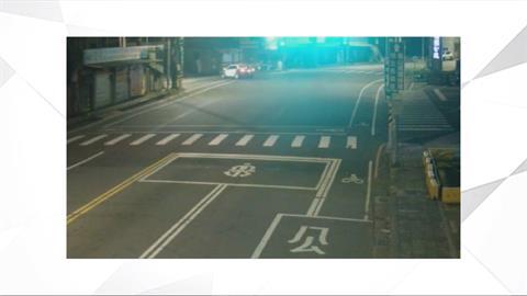 追可疑車輛180度打滑 警車險衝進路邊民宅