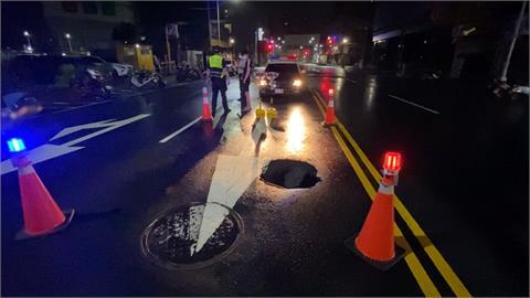 高雄大雨不斷馬路現坑洞 車輛爆胎駕駛嚇壞