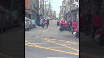 行車糾紛變街頭格鬥!外送員與駕駛扭打