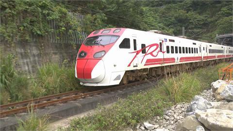 快新聞/頭七悼念罹難者、司機員 9:28台鐵列車經事故地點「長鳴一聲」致哀