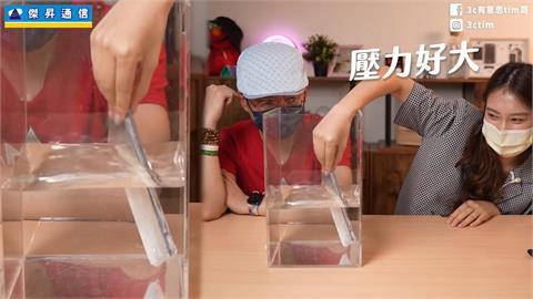 手機包保鮮膜真能防水?達人實測效果 超正員工現身網秒歪樓