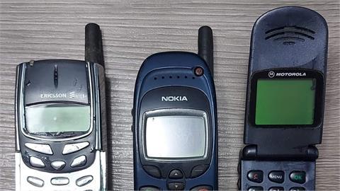 媽媽的3支「上古神機」給他選!網友驚喊:比iPhone 13還潮