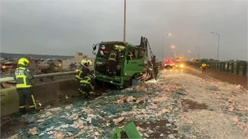 快新聞/台61線梧棲段大貨車追撞吊車 車頭凹陷副駕駛一度卡車內