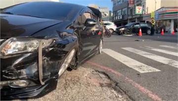 快新聞/闖紅燈釀禍 轎車疑搶快先撞一台車再衝撞店家