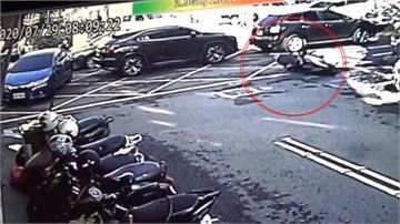 婦人騎車被噴飛撞路燈基座 螺帽成保命關鍵