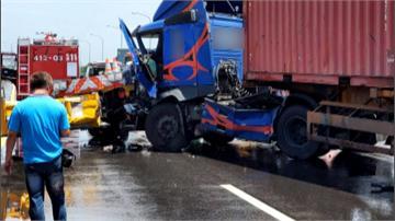 轟隆!貨櫃車猛撞工程車 司機遭夾