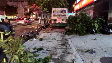快新聞/公車衝撞內湖人行道! 10多輛機車倒地 1人命危1警受傷