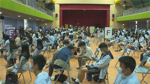 快新聞/BNT疫苗今開打!鄭文燦向3捐贈單位致謝:13萬名學生2週施打完