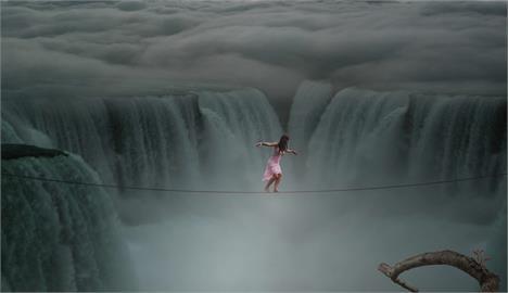 「玩命自拍」!2女水壩中央取景 被急流沖走消失畫面曝!