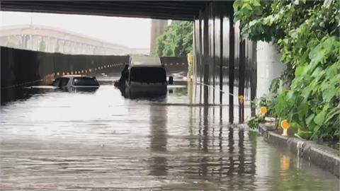 雨彈強襲中台灣!彰化三芬路崩車險墜谷 員林市區大淹水!水塔漂馬路