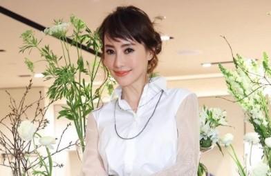 45歲關穎「火辣雙人舞」力尬25歲嫩妹 超短裙逼瘋網:誰家的辣妹?