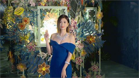 一襲藍色禮服小露香肩 賈靜雯出席珠寶代言活動